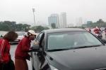 Video: Cận cảnh 'phe vé' chèo kéo, làm giá với khách xem trận Việt Nam vs Malaysia