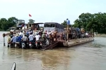 Clip: Hàng loạt xe máy sắp tuột xuống nước vẫn chen chúc bám phà vượt sông