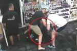 Dọa có súng để cướp hiệu thuốc, bị 2 thanh niên to khỏe đánh hội đồng thảm hại