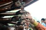 Kiêng kị cho người kinh doanh: Không nên cài tiền lên mâm ngũ quả, tay Phật khi lễ chùa ngày Tết