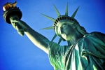 Ngày Quốc khánh Mỹ: Người biểu tình trèo lên tượng Nữ thần Tự do phản đối ông Trump