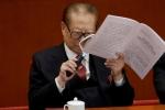 Ông Giang Trạch Dân dùng kích lúp đọc báo cáo của Chủ tịch Tập Cận Bình