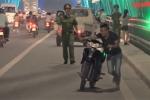 Clip: Đổ xô lên cầu Nhật Tân hóng gió, chụp ảnh, nháo nhác tháo chạy khi thấy cảnh sát