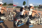 Clip: Cô gái xăm trổ lái xe máy bằng chân gây sốc cộng đồng mạng