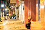 Ảnh: Người vô gia cư co ro trong đêm đông Hà Nội