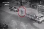 Video: Rợn người bóng đen băng qua dòng xe đông đúc rồi đột ngột biến mất