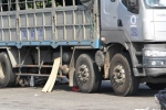 Bị xe tải cuốn vào gầm, 2 thanh niên chết tại chỗ