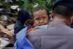 'Vỡ òa' khoảnh khắc cậu bé Indonesia được giải cứu sau 12 giờ mắc kẹt