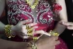 Xôn xao clip cô dâu Cà Mau đeo vàng trĩu cổ, kín tay trong ngày cưới