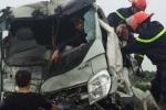 Clip: Cảnh sát cắt nóc xe tải, cứu tài xế kẹt cứng trong cabin sau tai nạn