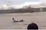 Thủy triều dữ dội như tận thế, 'nuốt chửng' đám đông mải chụp ảnh, quay phim