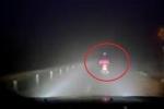 Clip: Ô tô soi đèn cho xe máy trên đường tối khiến dân mạng cảm phục