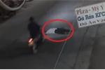 Clip: Vô cớ nằm giữa đường khi trời tối, bị xe máy cán qua ngực thảm khốc