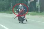 Clip: Thất kinh 'ninja chúa' lái xe máy buông 2 tay tập thể dục