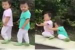 Bi hài clip 2 bé sinh đôi cùng té ngã