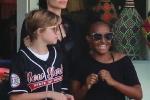 2 con gai van xuat hien vui ve ben Angelina Jolie giua tin don bi me ngan can gap bo hinh anh 8