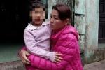 Trèo tường giải cứu bé gái 4 tuổi bị cô giáo nhốt trong nhà vệ sinh