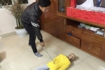Bố cuộn móc áo đánh dã man con trai 10 tuổi ở Hà Nội
