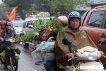 Bất chấp mưa lạnh, biển người vẫn ùn ùn đổ về chợ Viềng