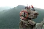 Clip liều lĩnh 'sống ảo' trên mỏm đá chênh vênh ở Quảng Ninh khiến dân mạng dựng tóc gáy