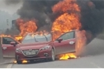 Clip: Cận cảnh ô tô Mazda cháy đùng đùng trên cao tốc Hà Nội - Thái Nguyên