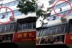 Clip: Cháy nhà, mẹ liều mình ném 2 con từ tầng 5 xuống trước khi chết
