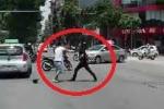 Va chạm giao thông, tài xế taxi lấy hung khí đòi 'xử' người đi xe máy