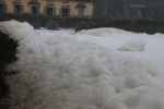 Cận cảnh dòng sông 'tuyết' trắng xóa ở Hà Nam
