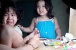 Clip: 2 bé gái lo cuống quýt, bật khóc khi thấy bố bị chảy máu