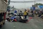 Xe container tông hàng loạt xe máy dừng đèn đỏ, nhiều người thương vong ở Long An