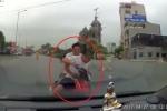 Trốn chạy cảnh sát, 2 người đàn ông lao thẳng xe máy vào đầu ô tô