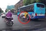 Clip: 2 ông cháu đi xe đạp dàn hàng ngang, bé gái suýt chết dưới gầm xe buýt