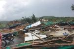 Lốc xoáy cuốn phăng nhiều hàng quán ở Phú Yên, hàng chục du khách bị thương