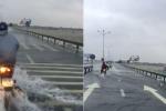 Clip: Nước chảy xiết tràn qua quốc lộ, dân Quảng Nam vẫn liều lĩnh chạy xe máy qua