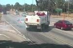 Vượt đèn vàng, xe tải 'drift' ngoạn mục tránh ôtô con