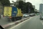 Nghênh ngang đi ngược chiều trên cầu vượt, tài xế xe tải vung tay bắt xe đối diện tránh đường