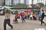 Ảnh: Người dân 'tay xách nách mang' rời Thủ đô về quê ăn Tết