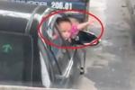 Giật mình nhìn 2 bé gái nhoài nửa người ra cửa xe ô tô đang di chuyển
