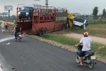 Xe chở ô tô húc văng xe khách xuống ruộng ở cao tốc Pháp Vân - Cầu Giẽ