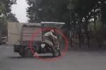 Clip: Nữ 'ninja Lead' đâm xe ba gác xoay 180° giữa đường