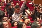 Video: 'Fan cuồng' của Jack Ma suýt lao lên sân khấu tặng quà cho thần tượng