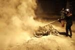 Cay cú vì thua độ bóng đá, nhóm thanh niên đốt cháy rụi 2 xe máy