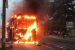 Video: Xe khách giường nằm bốc cháy ngùn ngụt ở Đồng Nai