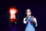 Phạm Thu Hà đẹp dịu dàng với áo dài trên sân khấu