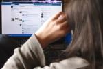 Trầm cảm do 'nghiện' Facebook, cô gái bị bố mẹ đánh thuốc mê để đưa đi viện