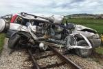 Tai nạn kinh hoàng ngày Rằm tháng 7: Ô tô bị tàu hoả đâm nát bét, 4 người thương vong