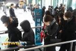 Người hâm mộ xếp hàng vào viếng Jong Hyun (SHINee) trong lễ tang trưa 19/12