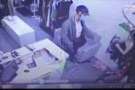 Cướp cầm dao xông vào shop quần áo, 3 mẹ con quỳ lạy xin tha mạng