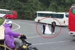 Clip: Cặp đôi liều mạng chụp ảnh cưới giữa khúc cua đèo Hải Vân khiến dân mạng dậy sóng