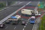 Video: Thót tim xe container quay đầu chạy ngược chiều rẽ vào đường dẫn trên cao tốc Hà Nội – Hải Phòng